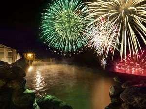 ザ レイクビュー TOYA 乃の風リゾート :【天空露天風呂TENQOO】湖を移動しながら打ち上げるので、目の前で見られます!※花火大会は10/31迄