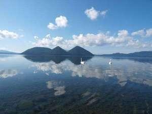 ザ レイクビュー TOYA 乃の風リゾート :【夏】湖面に映る中島と白鳥。時間がとまったかのような景色はまるで絵画。