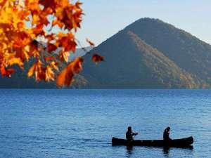 ザ レイクビュー TOYA 乃の風リゾート :【秋】心地よい湖のせせらぎと、赤く染まった葉を揺らす秋の風。