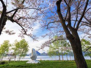 ザ レイクビュー TOYA 乃の風リゾート :【春】晴天の下、満開の桜と新緑の木々が美しい洞爺湖畔(桜の見頃は例年5月上旬~中旬)