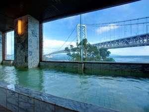鳴門潮崎温泉 ベイリゾートホテル鳴門海月:雄大な大鳴門橋と世界3大潮流を臨む、広々とした展望大浴場です