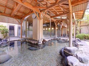 三朝温泉 渓泉閣:*露天風呂/温かい湯船に浸かりながら、自然のぬくもりに心癒されるひと時。
