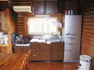 貸別荘 天ヶ瀬ログハウスB:キッチンには炊飯器や電子レンジ、調理道具などが揃っています。