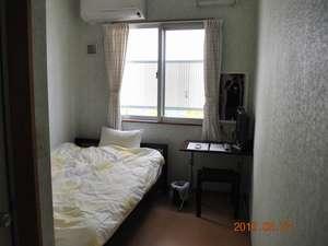 民宿 なんくるないさぁ:シングルのお部屋のベッドは、セミダブルタイプ・羽毛枕・羽毛布団を、ご用意致しました。