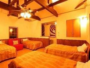 ヴィラ アンソレイユ:【2階】ベッド4台、ソファーベッド2台、1階にもベッドが作れて最大8名まで利用可能。