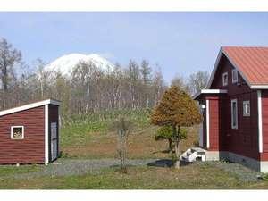 貸しコテージ Norr:コテージ周辺からはもちろん、リビングの大きな窓からは羊蹄山が!