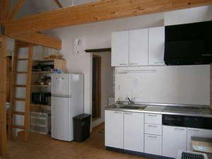 貸しコテージ Norr:魚焼き器のついたIH調理台、冷蔵庫やホットプレート、炊飯器や食器などを完備
