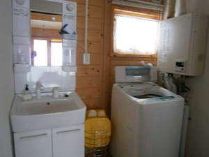 貸しコテージ Norr:洗濯機も完備。洗濯物干しもあるので、長期滞在も安心♪