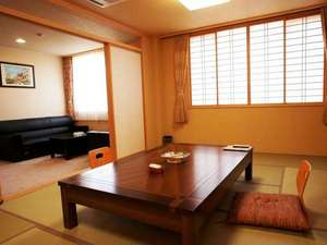 温泉浪漫の宿 湯の閣池田屋:池田屋和室は広々とした14畳+リビングとなっておりごゆっくりとお寛ぎいただけます。