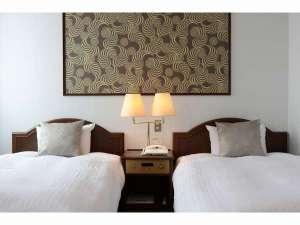 ビジネスホテルほまれ:《ツインルーム》洗練された色味でまとめたシックな客室(グリーン系一例)・ブルー系の客室もございます