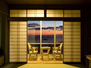 壮観絶景 三河湾 グリーンホテル三ヶ根:【客室からの夕景】海と山の調和、四季折々の夕景をご堪能ください
