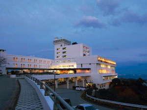 【外観】夜には当館から、きらびやか蒲郡市街が一望できます。
