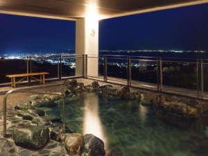 壮観絶景 三河湾 グリーンホテル三ヶ根:<天然温泉露天風呂「やまももの湯」>夜には蒲郡市街の絶景が迎えてくれます。