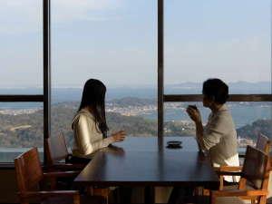 壮観絶景 三河湾 グリーンホテル三ヶ根:【カレントからの景色】 絶景の海を眺めながらコーヒーや軽食をお召し上がり頂けるラウンジです。