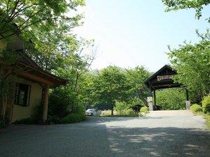【玄関】新緑の頃 阿蘇五岳館玄関から駐車場へとつづく。