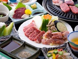 【夕食】赤鶏と牛肉の焼肉。馬刺も味わえる。焼肉コース/一例