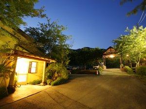 白水温泉 竹の倉山荘:【玄関】★阿蘇五岳館★入口から三角屋根玄関を望む幻想的な夜景。