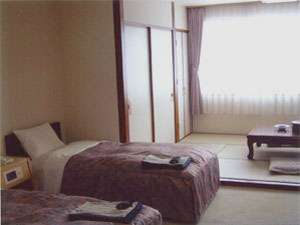 くっちゃん温泉 ホテルようてい:ツインベッド+和室(4.5畳~6畳)のゆったりお寛ぎできるお部屋となっております。(バス・トイレ付)