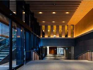 ダイワロイネットホテル京都駅前:≪エントランス≫フロントは階段を下りた1階にございます。