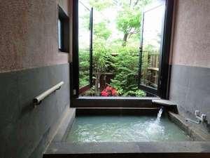 御宿 小笠原:開放的な内湯は露天気分を味わえます
