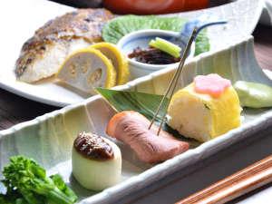 御宿 小笠原:【夕食】季節の色を取り入れた前菜。