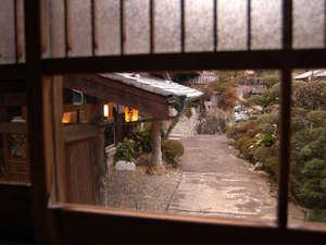 旅館あづまや:室内からみた玄関
