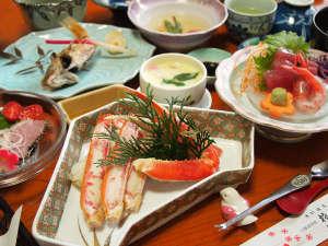 *夕食一例 造り・焼き物・煮物など季節の素材を使った会席料理が並びます。