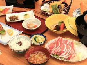 十勝岳温泉 湯元 凌雲閣:夕食。富良野野菜の天ぷら・ふらのポークのすき焼き等、地元の旬食材使用