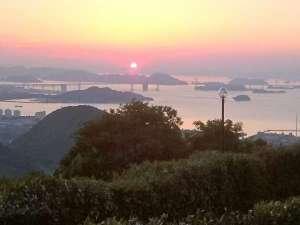 白峰温泉 ニューサンピア坂出:ホテルからの景観(夕日と瀬戸大橋)