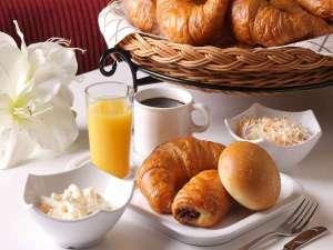 京王プレッソイン新宿:朝食は、サラダ、焼立てパン、お飲み物(コーヒー、紅茶、オレンジジュース)