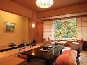 匠のこころ 吉川屋:凌雲閣のお部屋。窓からは対岸の片倉山の四季折々の景色をお楽しみいただけます。
