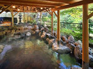 対岸の眺めをのんびり楽しみながらかけ流しの温泉をお楽しみいただける露天風呂かもしかの湯。