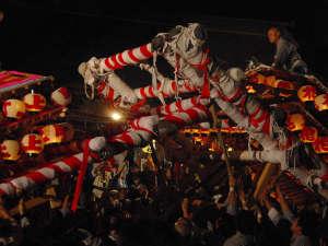 飯坂けんか祭りは大勢の人に担ぎ上げられた6台の屋台が激しくぶつかり合う300年の伝統あるお祭りです。