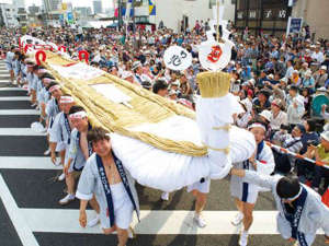 福島わらじまつりは大わらじを奉納する、市民の健脚を願って始まった夏祭り。東北六魂祭のひとつ。