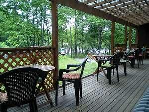 湖畔の小さなリゾート サウンズグッド!:湖と森を眺めながら自家焙煎の珈琲を一杯。グリーンシーズンのテラスは人気のスペースです。