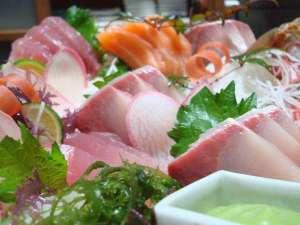 ペンション マリンハウス:新鮮な魚介を使用したお造りの盛合せ/例