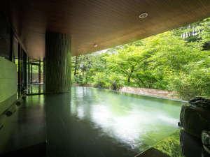 秋保グランドホテル:梵天の湯(露天風呂)湯船に横たわって温泉に身をゆだねる寝湯はリラクゼーション効果が期待できます。