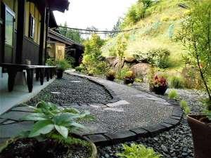 湯の森くす:当館は自然に囲まれた中にあります。温泉までのアプローチは季節の草花がお出迎え!心も身体も癒されます。