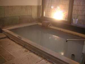 ペンション リバティハウス:硫黄にごり湯かけ流しです。カップル・グループ単位で貸切できます。