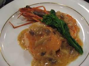 ペンション リバティハウス:帆立と海老と旬の魚のクリーム煮。一番人気の一皿です。