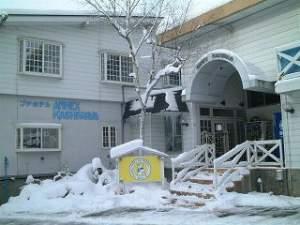 峠の湯 アネックス かしわや:冬の旅館全景