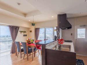 かりゆしコンドミニアムリゾート北谷 ARAHA BLUE RESORT:【サンセットビュー(8F)】88㎡/海を望むリビングルーム。対面式キッチンで賑やかに。