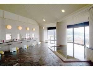 さかい温泉さゆり荘:当館自慢の大浴場からは、奥会津の田園風景を一望できます。