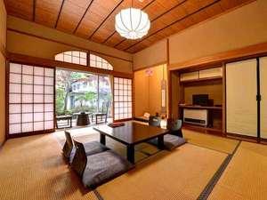 宿坊 遍照尊院(へんじょうそんいん):*三密殿(新館)/2008年に改装したばかりの和室。心地よい風が吹き抜ける客室で癒しのひと時を。