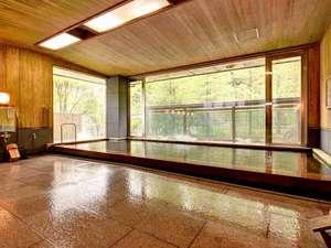 宿坊 遍照尊院(へんじょうそんいん):*大浴場(1F)/樹齢二千年の古代檜の浴槽に身を委ね、窓から見える竹林を眺めながら至福のひと時を。