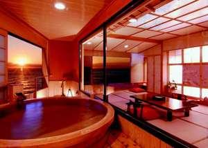 今 ふたたびの ときめきへ  粋松亭:夕陽見の角部屋「やさしさに包まれて」。直径190cm温泉かけ流し露天風呂付