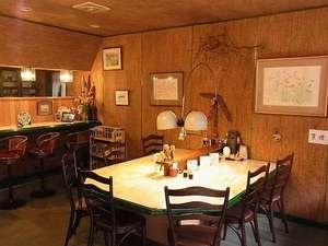 温泉の宿 ホテルニューモンド:レストラン。島添画伯の水彩画が7点飾ってあります。大きいテーブル1つと小さなテーブル2つ。