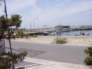 栄亭:浜辺二階から 海水浴場、尾崎漁港を望む