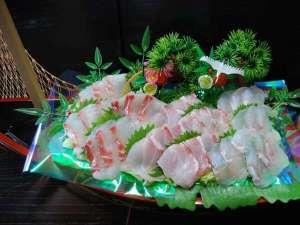 ペンション Bee:【天然白身魚のお刺身舟盛り(お2人分)】他にも、塩タタキやお魚料理が色々と♪お魚だけでお腹一杯!