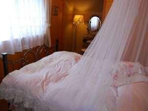 ペンション Bee:【2階寝室天蓋付きダブルのお部屋】別に、ツインの寝室もあり、当日どちらかお選びいただけます。